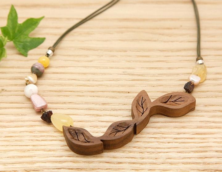 木のネックレス・ペンダント 木のアクセサリー【日本製】葉っぱはらり ウォルナット Yジャスパー