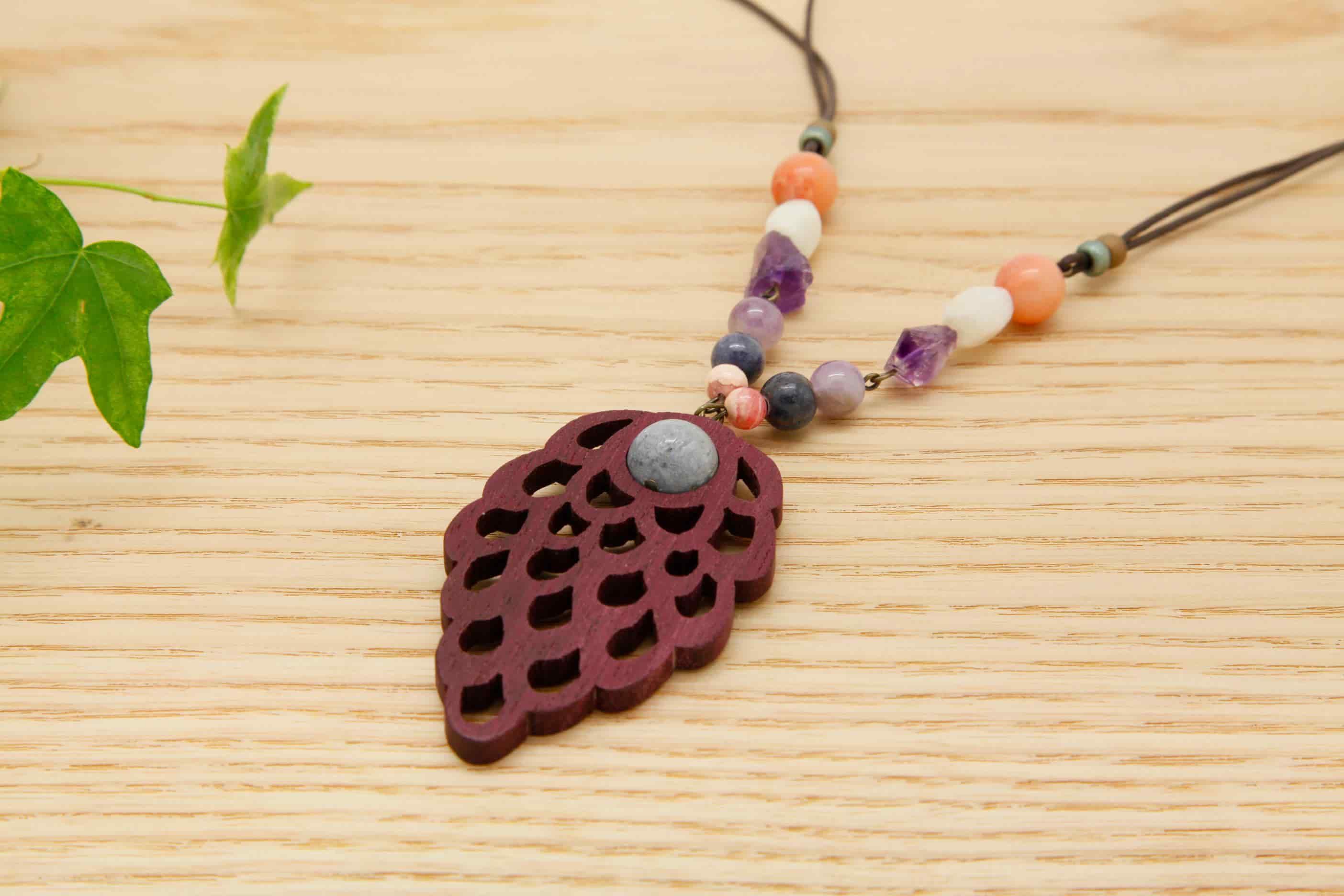 木のネックレス・ペンダント 木のアクセサリー【日本製】木の実 パープルハート 青サンゴ