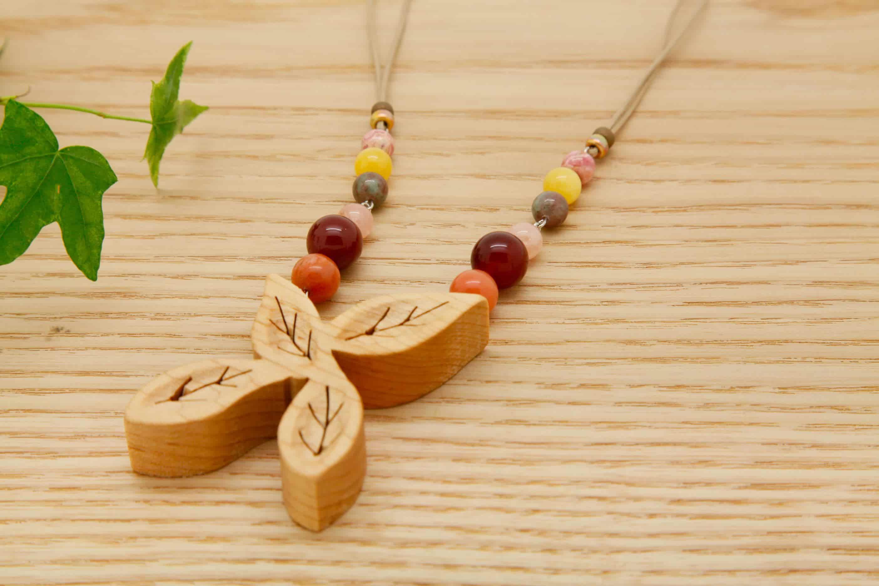 木のネックレス・ペンダント 木のアクセサリー【日本製】葉っぱくるり メイプル ガーネット
