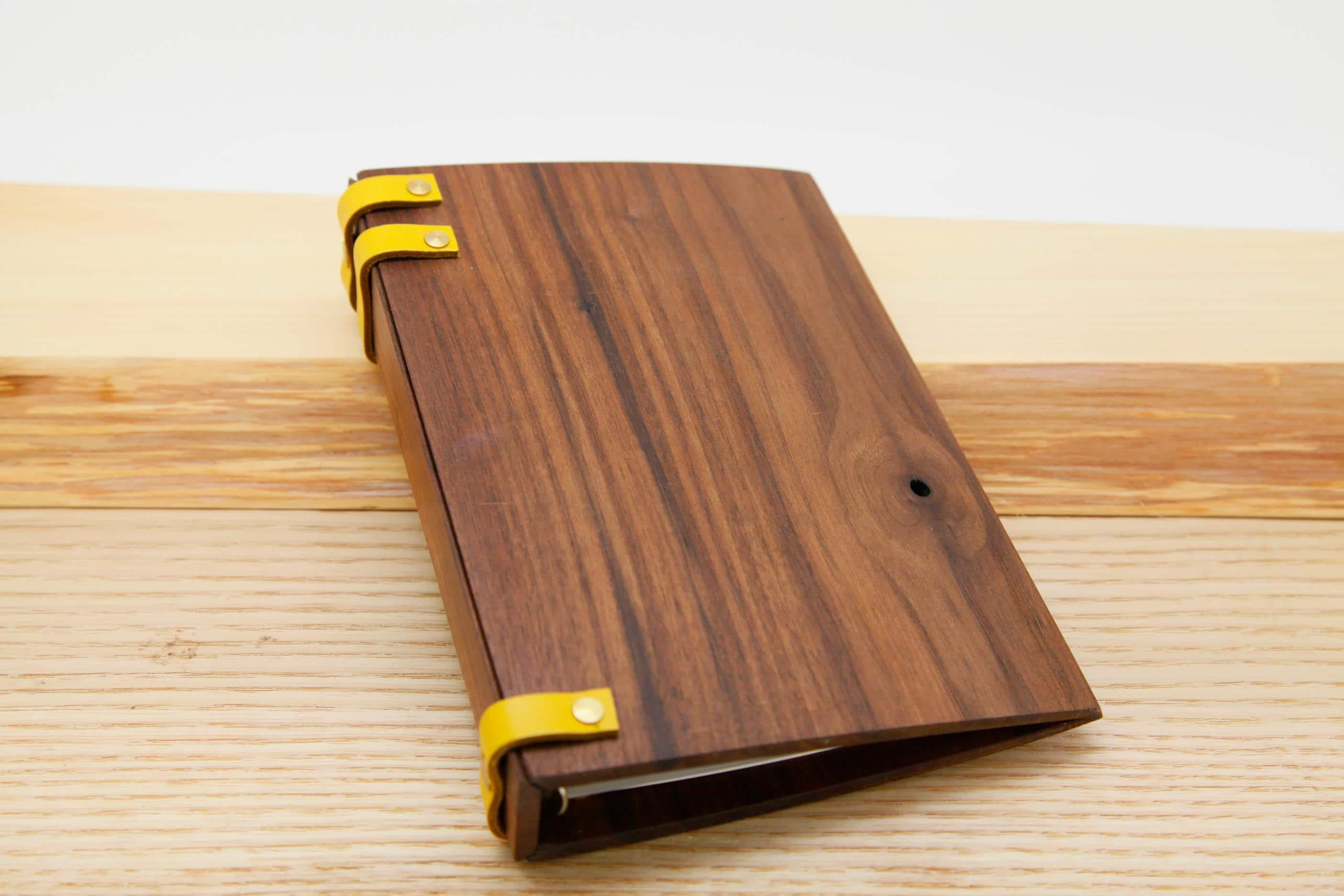 手作りの木と革の手帳 ウォルナット きいろ