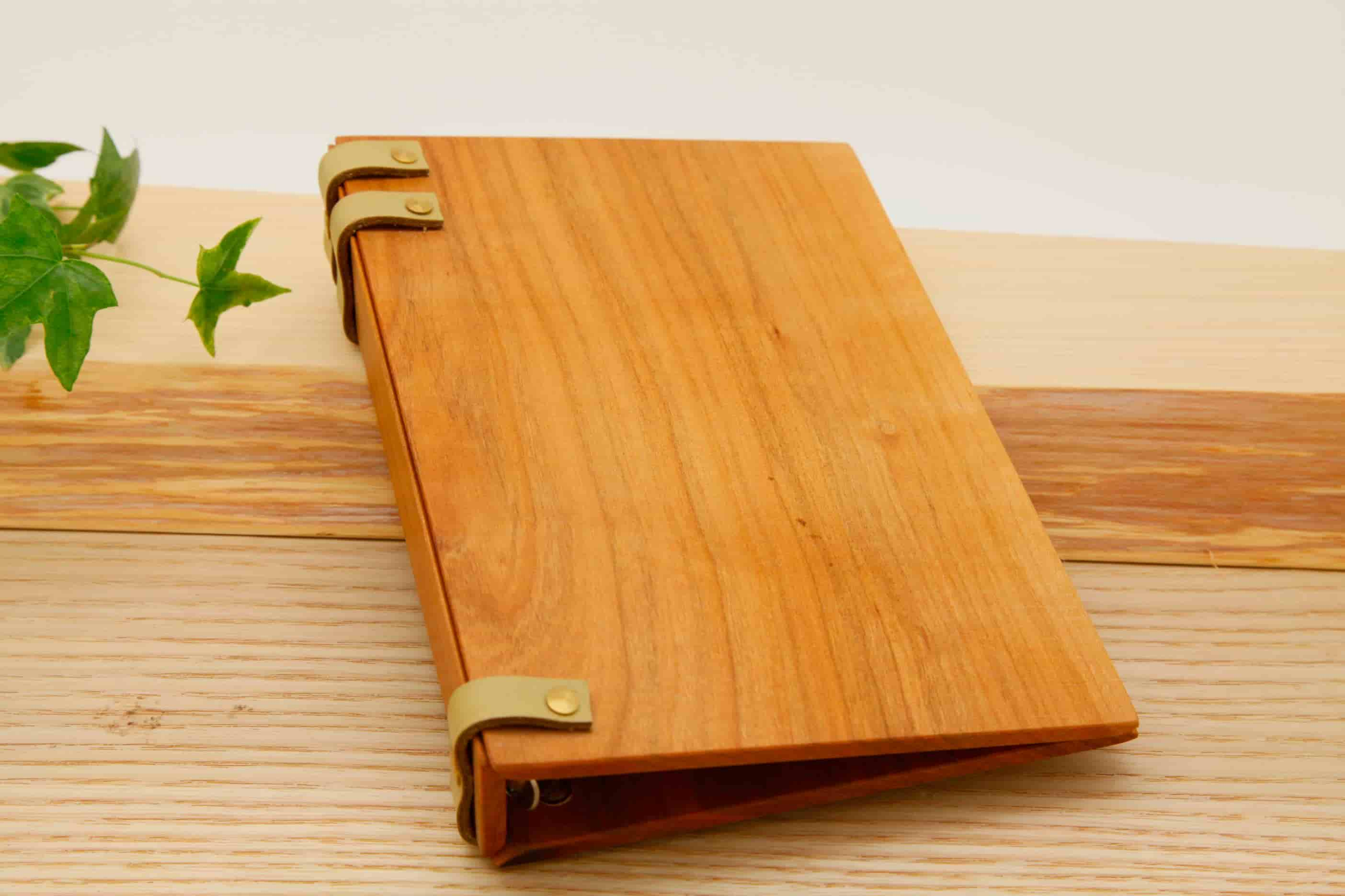 手作りの木と革の手帳 ブラックチェリー きみどり