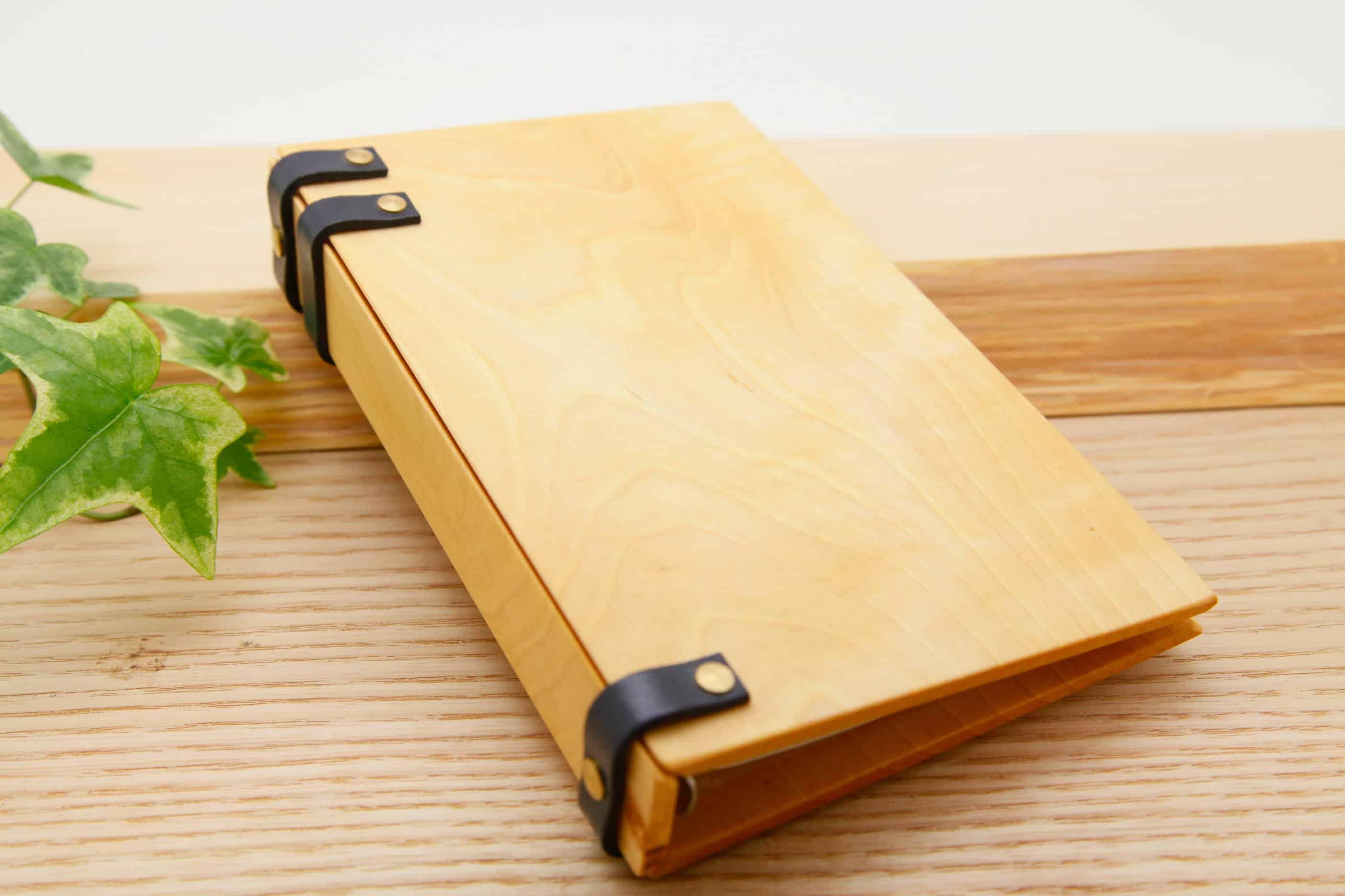手作りの木と革の手帳 トチ こん