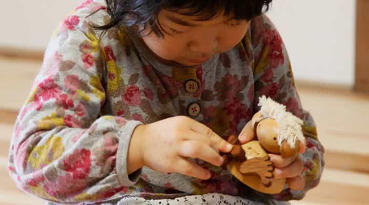 木のおもちゃフスフス セットで遊ぶ子供