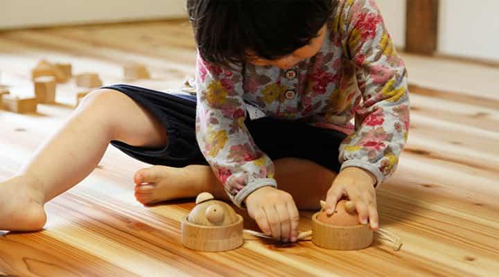 木のおもちゃ 知りたがりやのzappieで遊ぶ子供