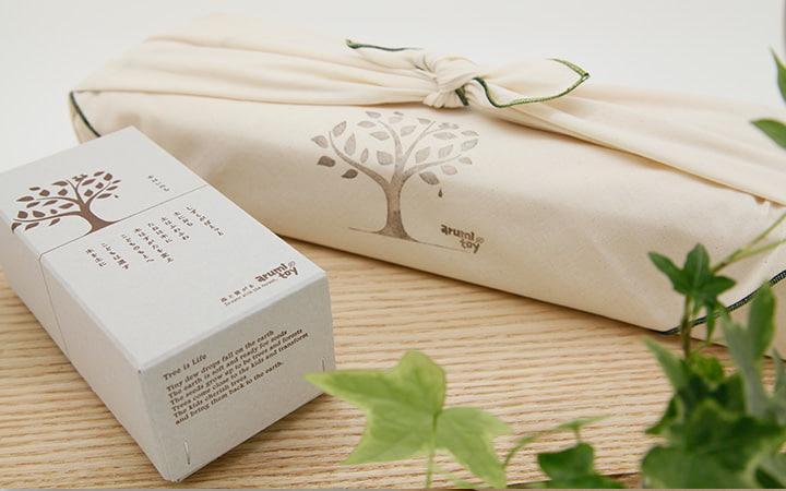 木のおもちゃarumitoyのパッケージと風呂敷ラッピング
